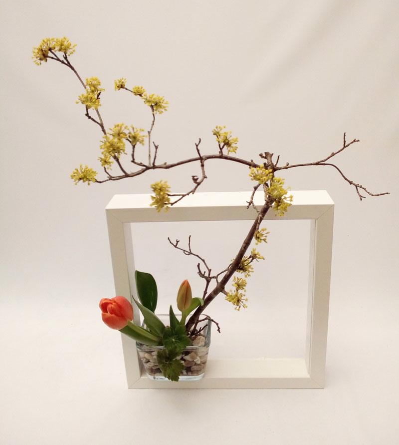 """Read more about the article Ikebana – """"Sommer: Inspiration Wasser – Kühlende Lebendigkeit"""" die japanische Blumenkunst für Erwachsene (Kurs 34.4 im Programmheft)"""